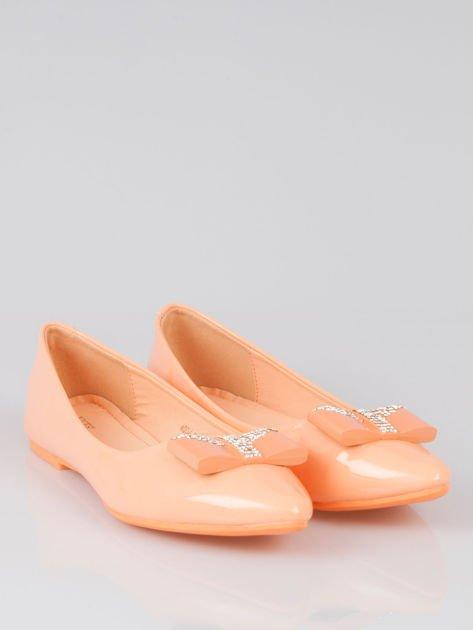 Pastelowopomarańczowe lakierowane baleriny Gem z błyszczącą kokardą                                  zdj.                                  2