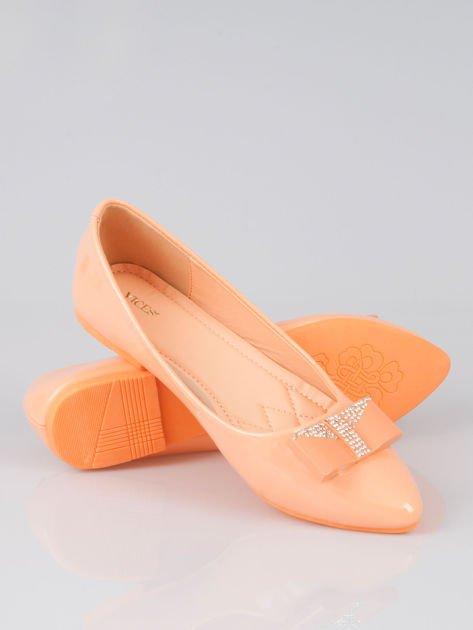 Pastelowopomarańczowe lakierowane baleriny Gem z błyszczącą kokardą                                  zdj.                                  4