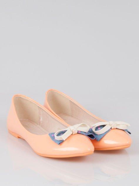 Pastelowopomarańczowe lakierowane baleriny Juicy z kokardką z denimu                                  zdj.                                  2