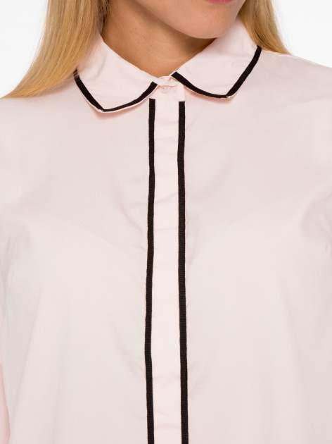 Pasteloworóżowa koszula z małym kołnierzykiem i kontrastowym obszyciem                                  zdj.                                  6