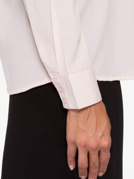 Pasteloworóżowa koszula z małym kołnierzykiem i kontrastowym obszyciem                                  zdj.                                  8