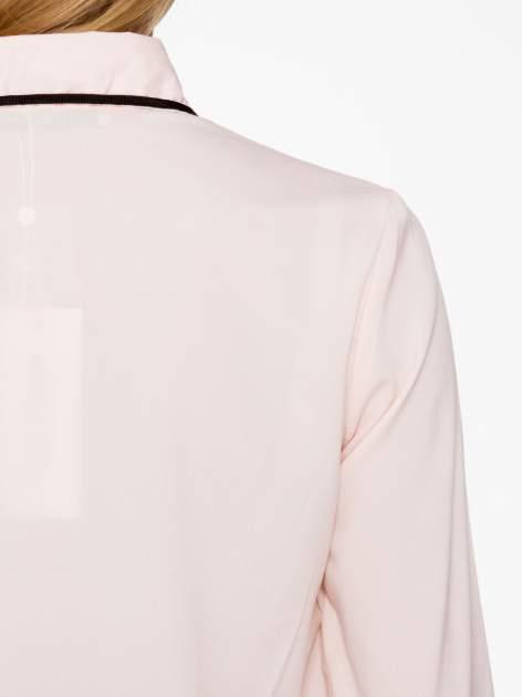 Pasteloworóżowa koszula z małym kołnierzykiem i kontrastowym obszyciem                                  zdj.                                  9