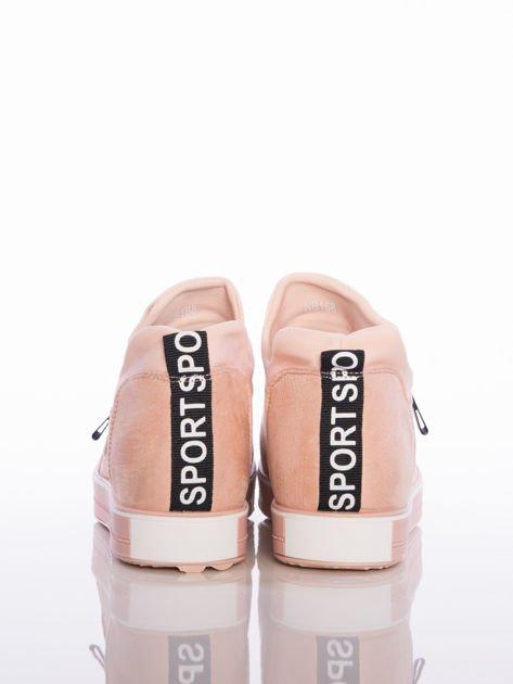Pasteloworóżowe buty sportowe Rue Paris na podwyższonej podeszwie z elastyczną cholewką i napisami                                  zdj.                                  3