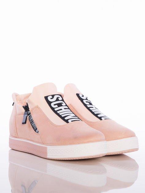 Pasteloworóżowe buty sportowe Rue Paris na podwyższonej podeszwie z elastyczną cholewką i napisami                                  zdj.                                  2