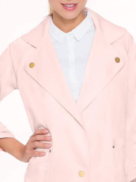Pasteloworóżowy żakiet boyfriend jacket z podwijanymi rękawami                                  zdj.                                  5