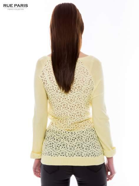 Pastelowożółty sweter z długim rękawem wykończonym koronkowym mankietem                                  zdj.                                  3