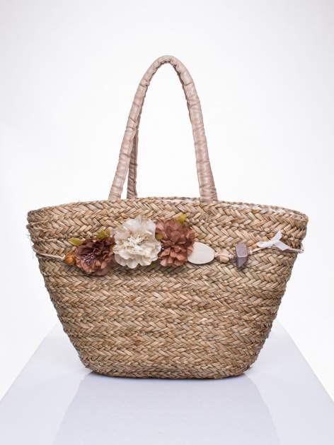 Pleciony koszyk plażowy z brązowymi ozdobnymi kwiatami                                  zdj.                                  2