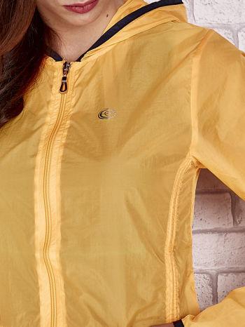 Pomarańczowa kurtka wiatrówka z czarnym wykończeniem                                  zdj.                                  8