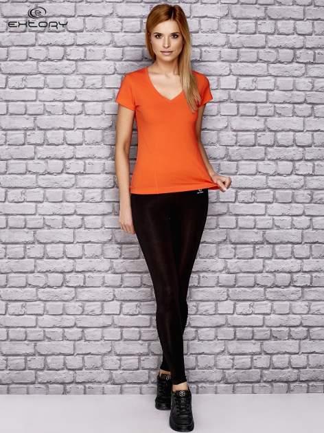 Pomarańczowy damski t-shirt sportowy z modelującymi przeszyciami                                  zdj.                                  4