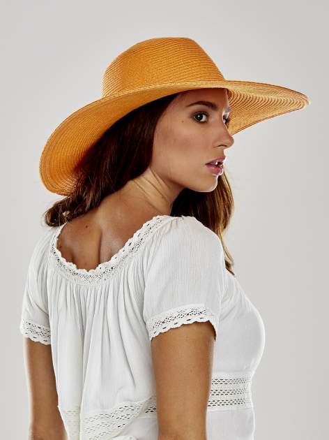 Pomarańczowy kapelusz z dużym rondem i dżetami                                  zdj.                                  3
