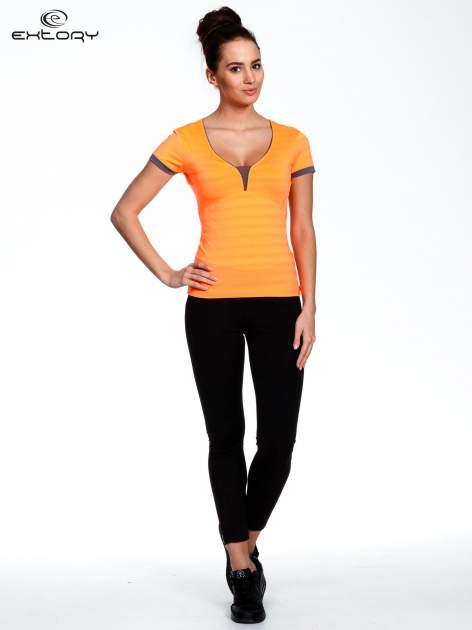 Pomarańczowy sportowy t-shirt z szarymi wykończeniami                                  zdj.                                  2
