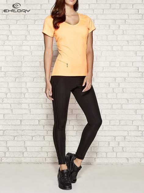 Pomarańczowy t-shirt sportowy z kieszonką na suwak PLUS SIZE                                  zdj.                                  2