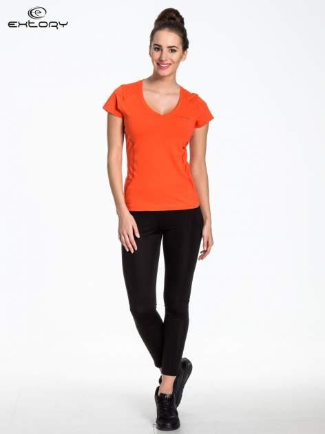 Pomarańczowy t-shirt sportowy z pikowaną wstawką                                  zdj.                                  2
