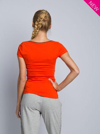 Pomarańczowy t-shirt z czarną lamówką przy dekolcie                                  zdj.                                  3