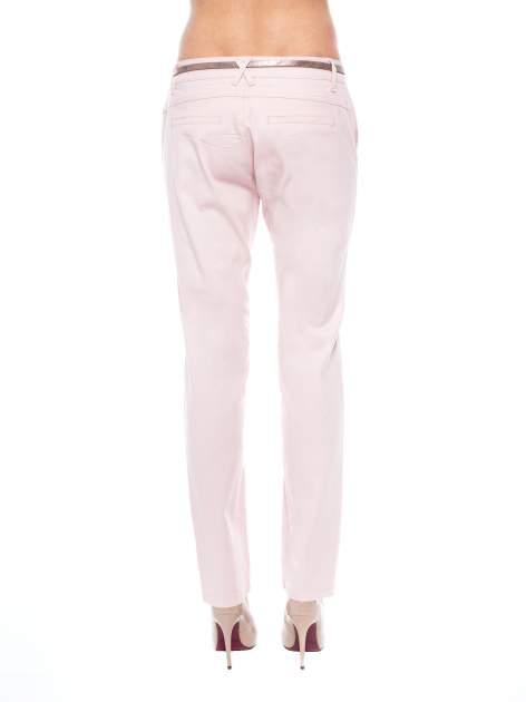 Pudrowe spodnie z paskiem z lakierowanej skóry                                  zdj.                                  3