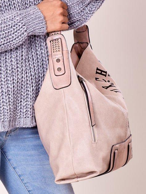 Pudroworóżowa torba z ćwiekami na pasku i nadrukiem                              zdj.                              3