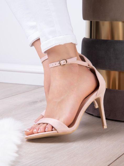 Pudroworóżowe sandały z eco zamszu ze złotą sprzączką                              zdj.                              2