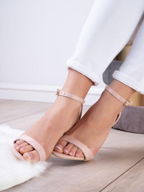 Pudroworóżowe sandały z eco zamszu ze złotą sprzączką                              zdj.                              5