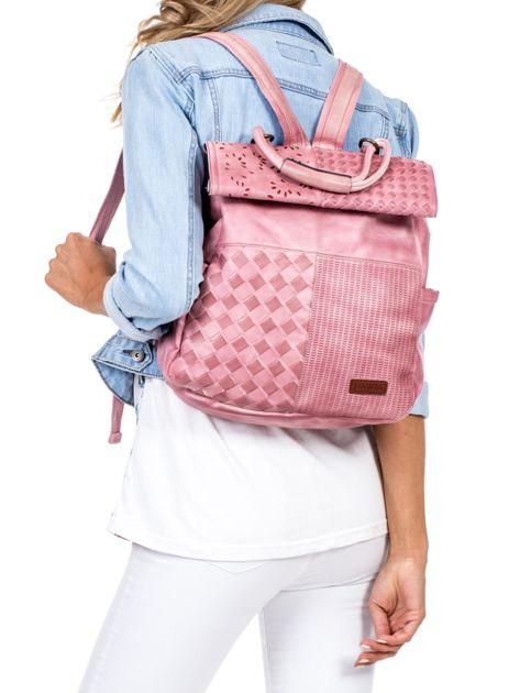 Pudroworóżowy plecak damski z eko skóry z plecionką i ażurowaniem                              zdj.                              1