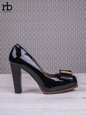 ROCCOBAROCCO Czarne lakierowane pantofle faux leather na słupku z kokardką                                  zdj.                                  2