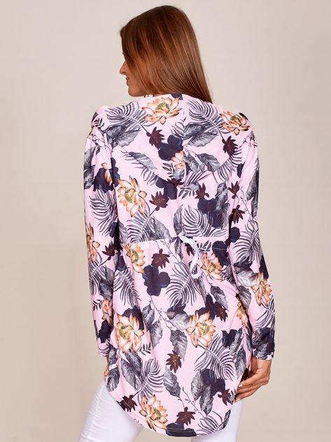 Różowa bluza w kwiaty z dłuższym tyłem i kapturem                              zdj.                              2