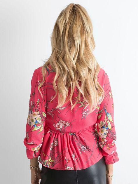 Różowa bluzka w kwiaty z falbaną                              zdj.                              2