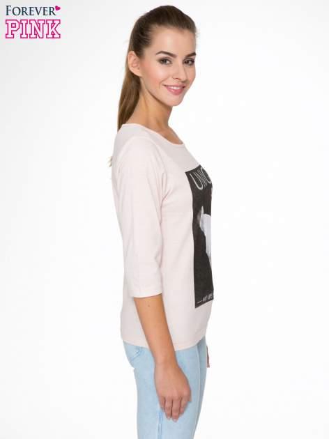 Różowa bluzka z nadrukiem kobiety i napisem UNIQUE                                  zdj.                                  3