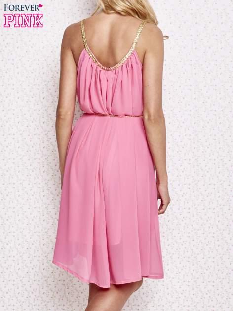 Różowa grecka sukienka ze złotym paskiem                                  zdj.                                  4