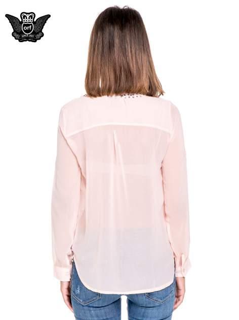 Różowa koszula z transparentnymi rękawami i dżetami przy dekolcie                                  zdj.                                  4