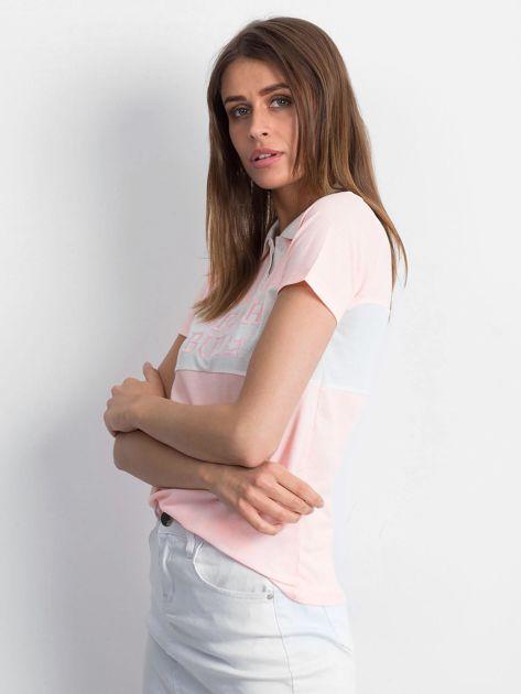 Różowa koszulka polo z napisem                              zdj.                              4