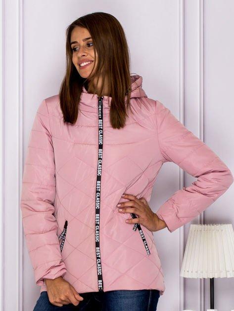 Różowa kurtka przejściowa z ozdobnymi suwakami                              zdj.                              1