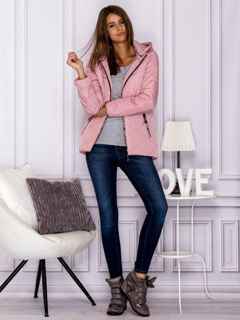 Różowa kurtka przejściowa z ozdobnymi suwakami                              zdj.                              7