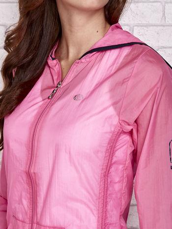 Różowa kurtka wiatrówka z czarnym wykończeniem                                  zdj.                                  8