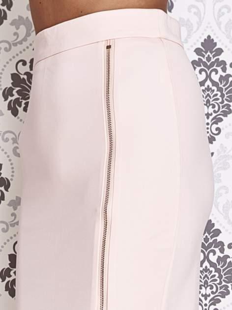 Różowa ołówkowa spódnica ze złotym suwakiem                                  zdj.                                  5
