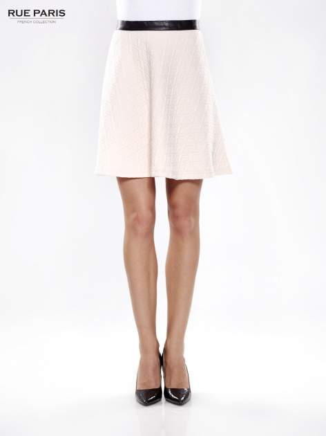 Różowa rozkloszowana spódnica ze skórzanym pasem z dzianiny wytłaczanej w geometryczny wzór