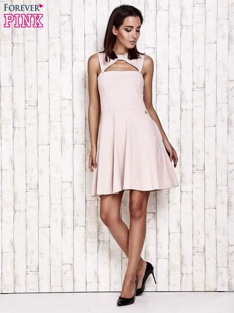 Różowa sukienka dresowa z dekoltem cut out z kokardą                                  zdj.                                  2