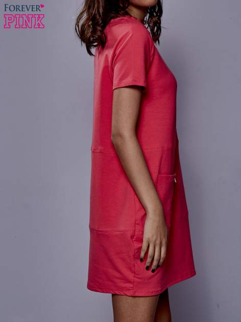 Różowa sukienka dresowa z kieszenią z boku                                  zdj.                                  3