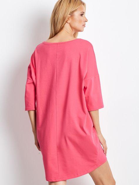 Różowa sukienka oversize z napisem                              zdj.                              2