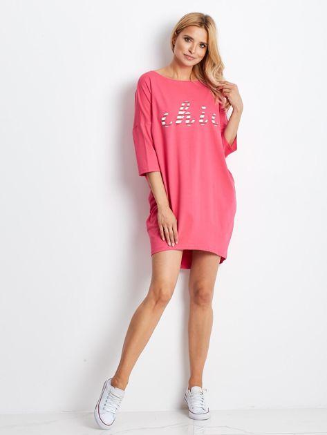 Różowa sukienka oversize z napisem                              zdj.                              4