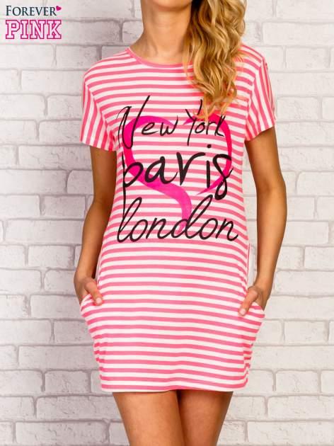 Różowa sukienka w paski z napisem NEW YORK PARIS LONDON                                  zdj.                                  1