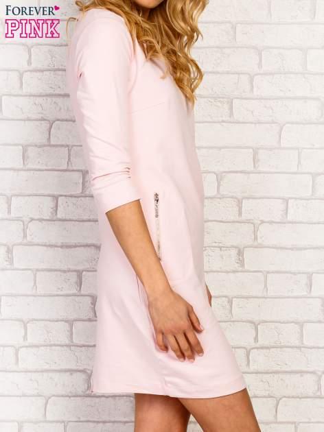 Różowa sukienka z kieszeniami na suwak                                  zdj.                                  3