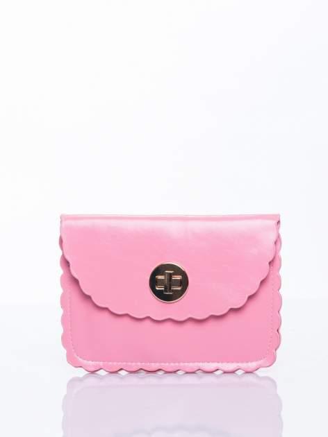Różowa torebka listonoszka z falowanym wykończeniem