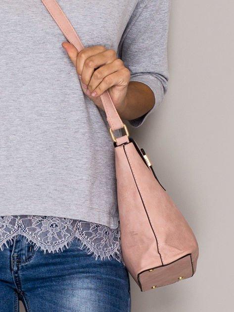 Różowa torebka z ozdobną klapką                                   zdj.                                  2