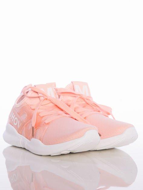 Różowe ażurowe buty sportowe Rue Paris z przezroczystymi szlufkami i białymi napisami                                  zdj.                                  2