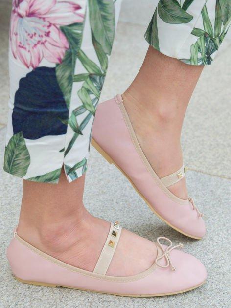 Różowe baleriny z kokardką z przodu i gumką ze złotymi ćwiekami                              zdj.                              2