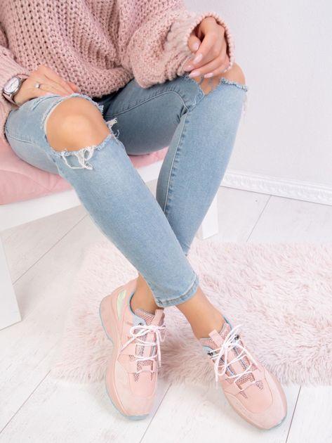 Różowe buty sportowe z holograficzną wstawką na boku cholewki                              zdj.                              2