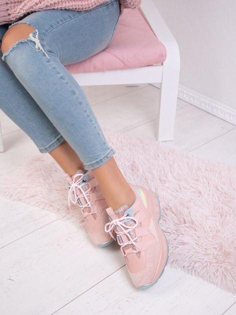 Różowe buty sportowe z holograficzną wstawką na boku cholewki                              zdj.                              3
