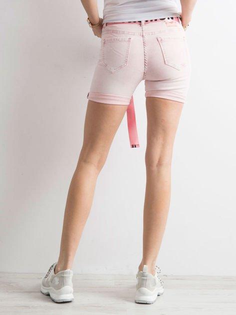 Różowe jeansowe bermudy z paskiem w napisy                              zdj.                              1