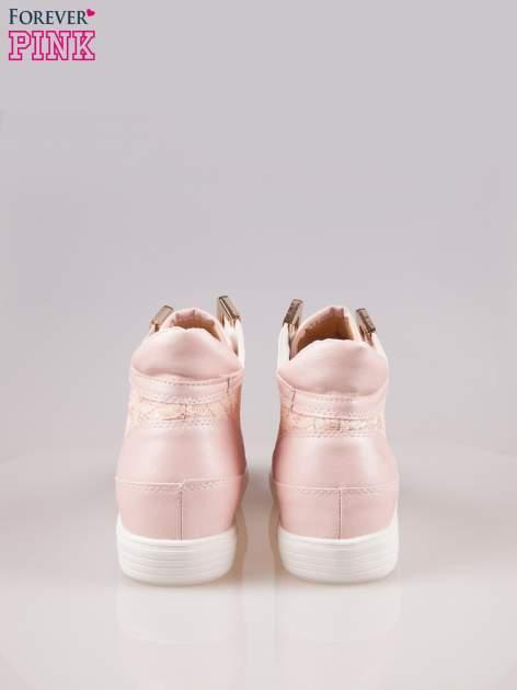 Różowe koronkowe sneakersy ze złotą aplikacją                                  zdj.                                  3