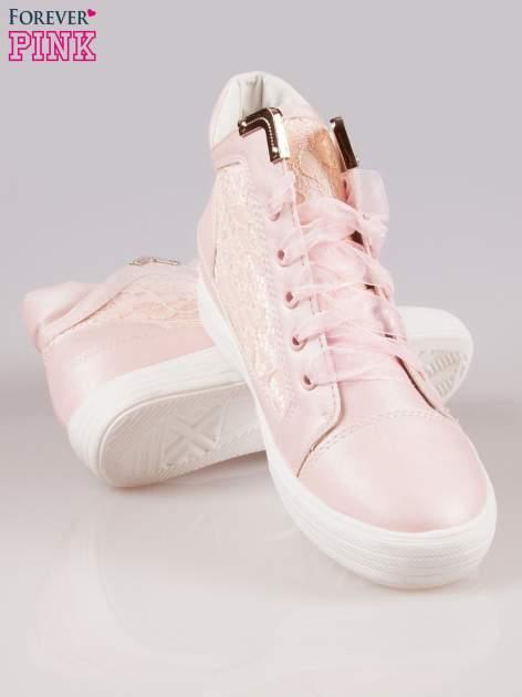 Różowe koronkowe sneakersy ze złotą aplikacją                                  zdj.                                  4